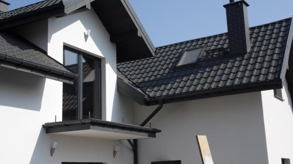 Czarny dach i biała elewacja